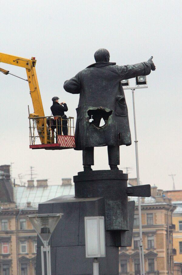 Взорванный в Санкт-Петербурге памятник Ленину у Финляндского вокзала