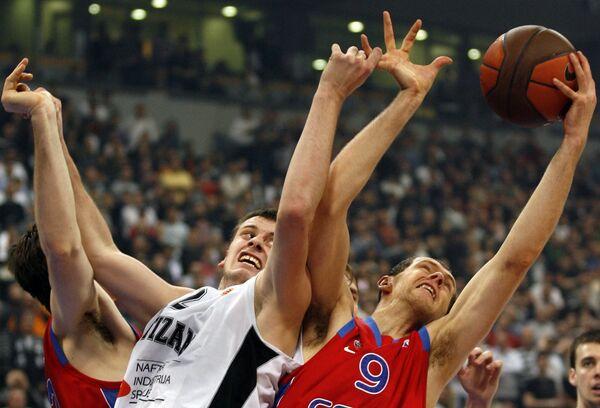 Новица Величкович (слева) борется за мяч с Рамунасом Шишкаускасом