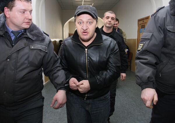 Подозреваемый в организации убийства экс-депутата Госдумы РФ Руслана Ямадаева Илимпаши Хацуев (в центре) в здании Басманного суда. Архив