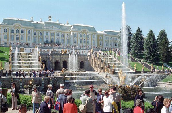 Туристы в Петродворце
