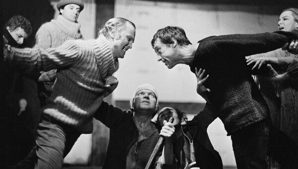 Владимир Высоцкий в сцене из спектакля Гамлет