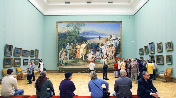 В зале Государственной Третьяковской галереи. Архив