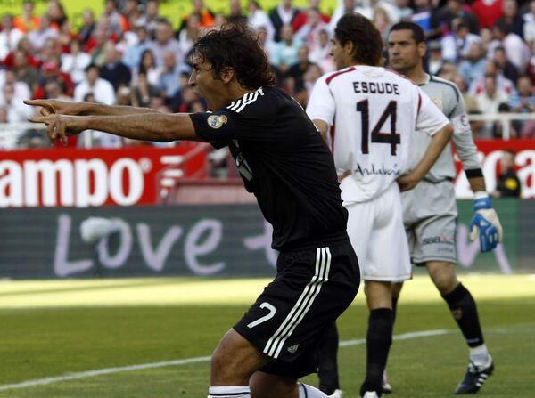 Нападающий Реала Рауль празднует гол в ворота Севильи в матче чемпионата Испании