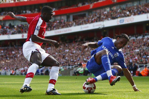 Форвард Челси Дидье Дрогба (справа) против защитника Арсенала Коло Туре в матче чемпионата Англии