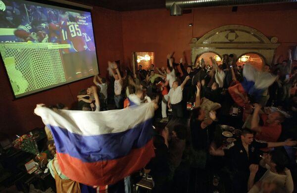 Московские болельщики празднуют победу российской сборной на чемпионате мира по хоккею-2009