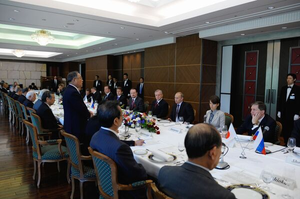 Премьер-министр РФ В.Путин и Итиро Одзава во время беседы в гостинице Нью-Отани