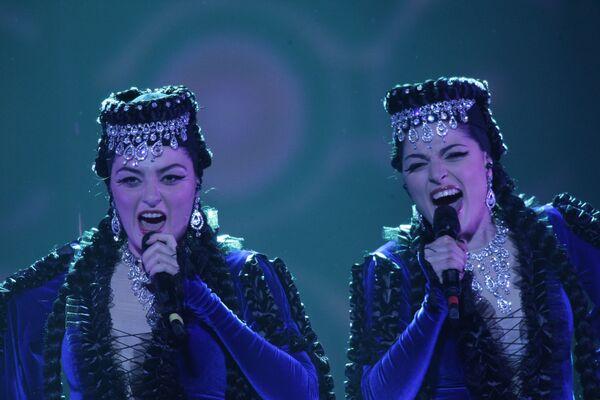 Инга и Ануш (Армения) во время выступления в финале конкурса Евровидение-2009