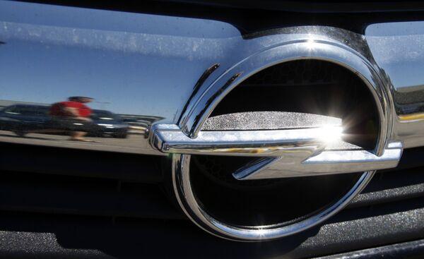 Логотип Opel на автомобиле