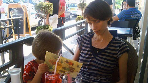 Ирина Беленькая во время встречи со своей дочерью Лизой во Франции