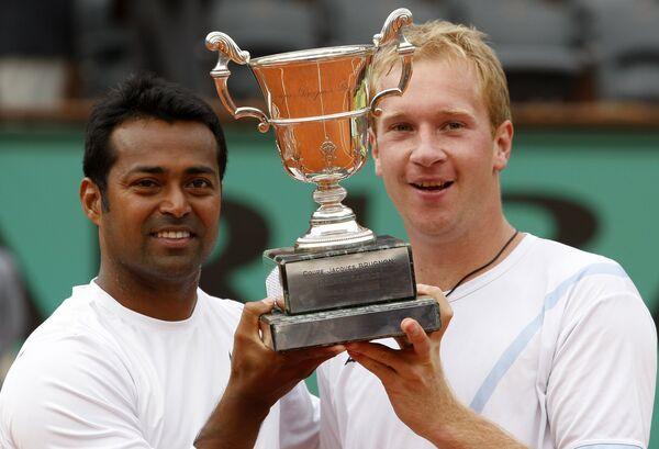 Леандер Паес (слева) и Лукаш Длоуги с главным трофеем парного турнира Ролан Гаррос