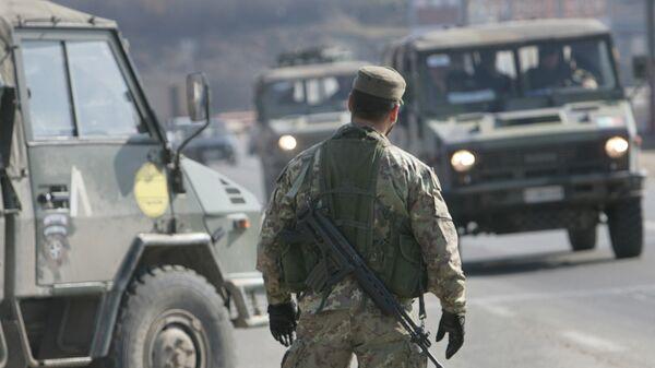 Работа миротворцев из Италии на пропускном пункте в окрестностях Приштины