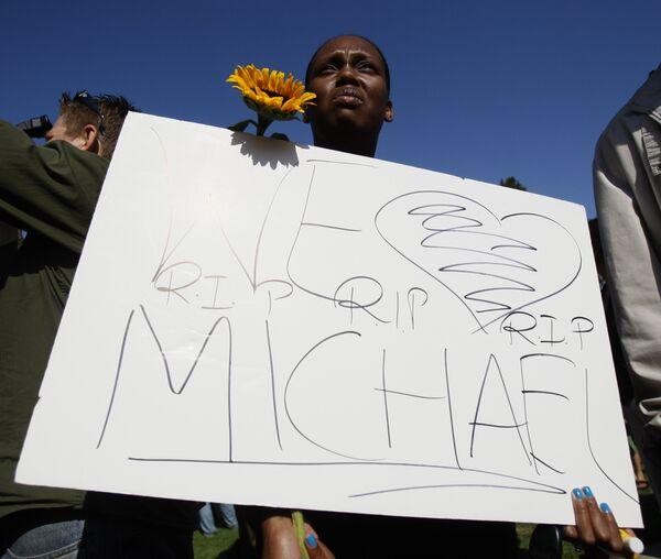 Поклонники Майкла Джексона у больницы Калифорнийского университета