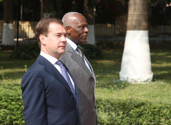 Д.Медведев на церемонии официальной встречи президентом Анголы Жозе Эдуарду душ Сантушем