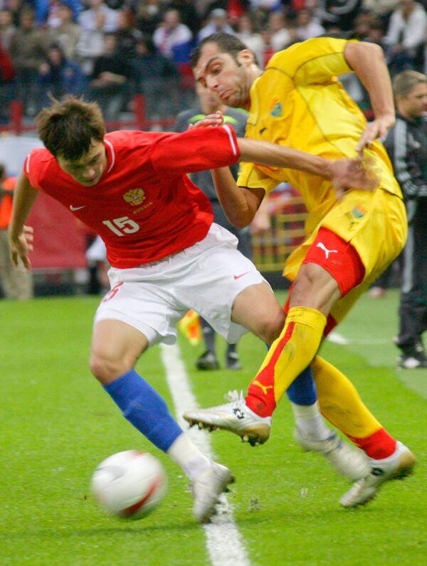 Македонский футболист Горан Пандев (в желтой форме)