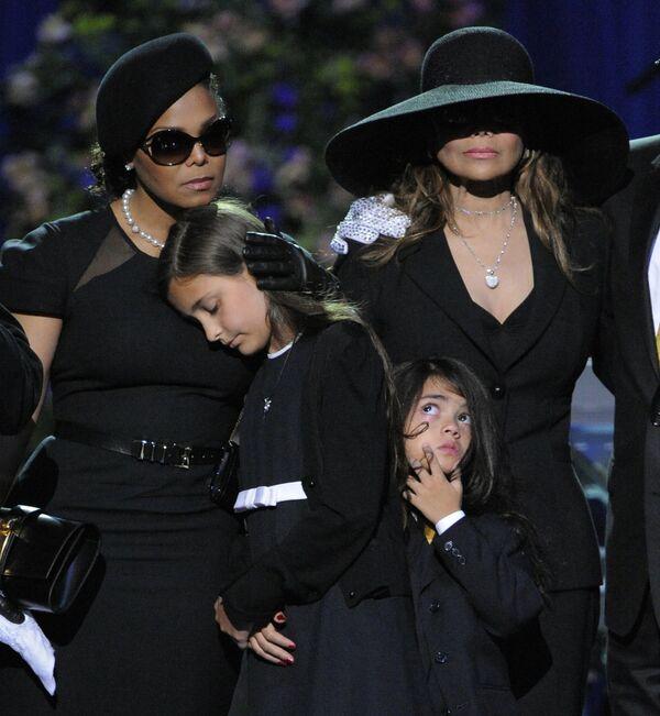 Сестры Майкла Джексона Джанет и Латойа с его детьми Пэрис Майкл Кэтрин и Принцем Майклом II