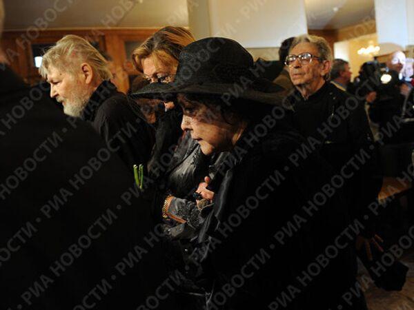Поэтесса Белла Ахмадулина на церемонии прощания с писателем Василием Аксеновым в Центральном Доме литераторов
