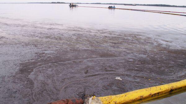 Мазут попал в Волгу в результате аварии нефтяного танкера в Самарской области