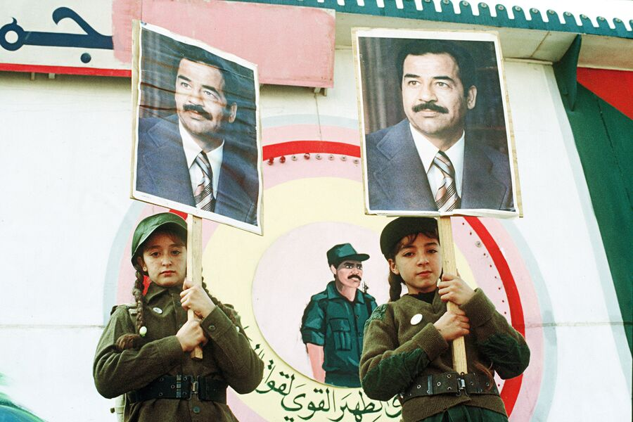 Иракские девочки с портретами президента страны Саддама Хусейна