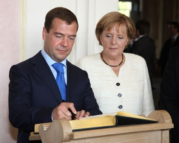 Президент РФ Д.Медведев и Федеральный канцлер Германии А.Меркель на церемонии встречи в Мюнхене