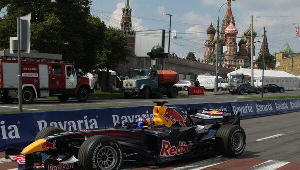 Заезд у стен Московского Кремля с участием болидов Формулы-1. Архивное фото