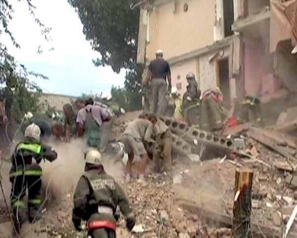 Люди остаются под обломками рухнувшего в Астрахани общежития