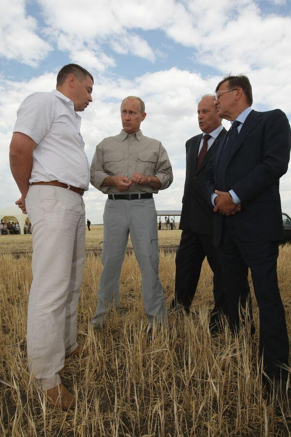 Председатель правительства РФ Владимир Путин во время посещения ООО Экспериментальное в Оренбурге