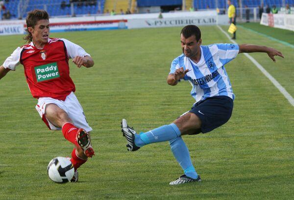 Футболист Крыльев Советов Сергей Будулин (справа) в матче Лиги Европы УЕФА Крылья Советов  - Сент - Патрикс Атлетс.