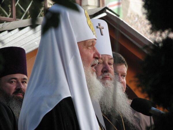 Метрополит Луцкий и Волынский Нифонт приветсвует патриарха Кирилла у строящегося обора в Луцке