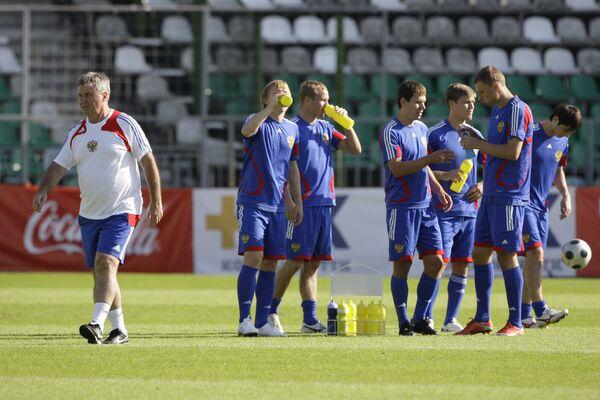 Гус Хиддинк (слева) и футюолисты сборной России