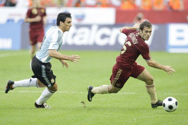 Игрок сборной России Александр Кержаков (№ 16, справа) и игрок сборной Аргентины Николас Бурдиссо (№ 4, слева)
