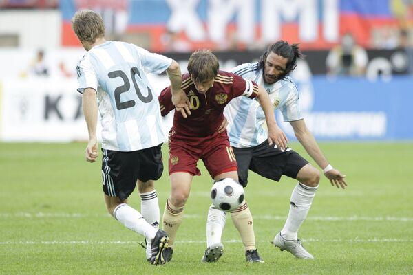 Игроки сборной Аргентины Марио Болатти (№ 20), Хонас Гутьеррес (№ 23) и игрок сборной России Андрей Аршавин (№ 23)