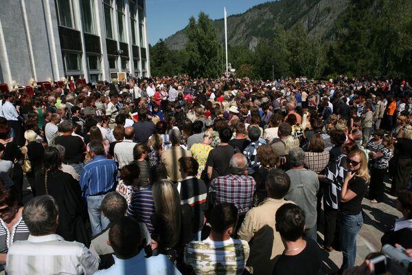 Родственники погибших в результате аварии на Саяно-Шушенской ГЭС. Архив