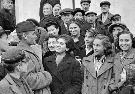 Беседа советского солдата с гражданами Вильно