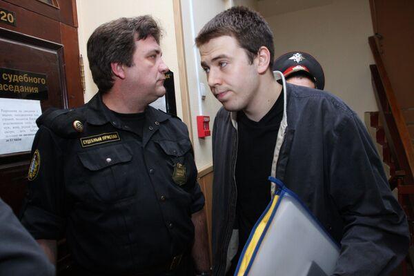 Иван Белоусов, обвиняемый по статьям хулиганство и незаконный оборот оружия и взрывчатых веществ, в Тверском суде
