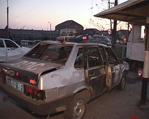 Милицейская машина, пострадавшая при взрыве в Махачкале. Архив.