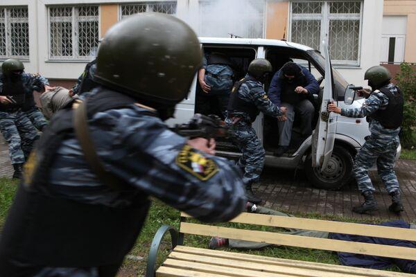Милиция штурмует горящую квартиру в Москве, откуда ведется стрельба
