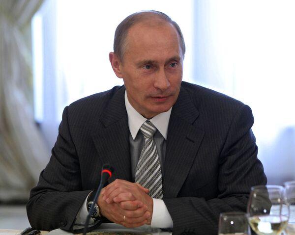Литераторы должны чаще получать госпремии - Путин