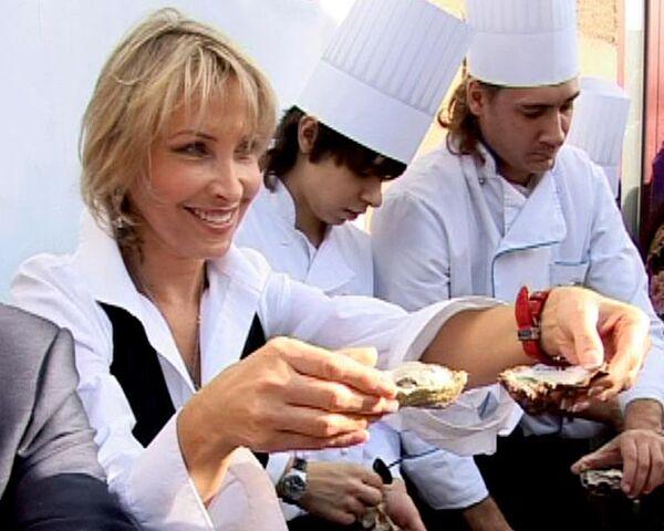 Звезды кино и шоу-бизнеса бесплатно накормили москвичей устрицами
