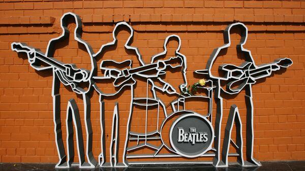 Памятник легендарной группе Битлз открылся в Екатеринбурге