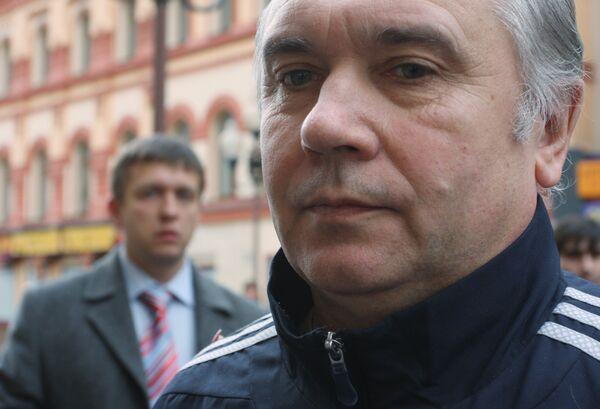 Генерал-майор Валерий Знахурко у здания Московского окружного военного суда