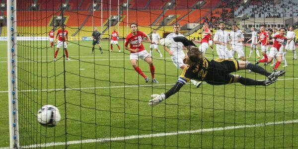 Мяч в воротах голкипера Томи Сергея Парейко