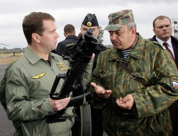 Президент РФ Дмитрий Медведев ознакомился с образцами вооружений и военной техники на полигоне Балтийского флота Хмелевка