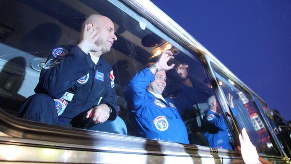 Джеффри Уильямс (НАСА) - в автобусе перед отправкой на стартовую площадку космического корабля Союз ТМА-16. Архивное фото