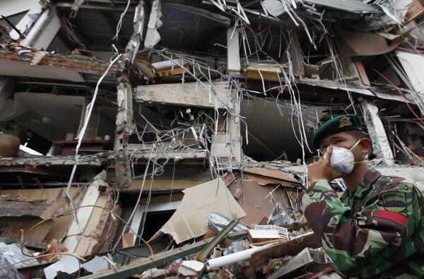 Военные во время осмотра завалов в индонезийском городе Паданг на Суматре