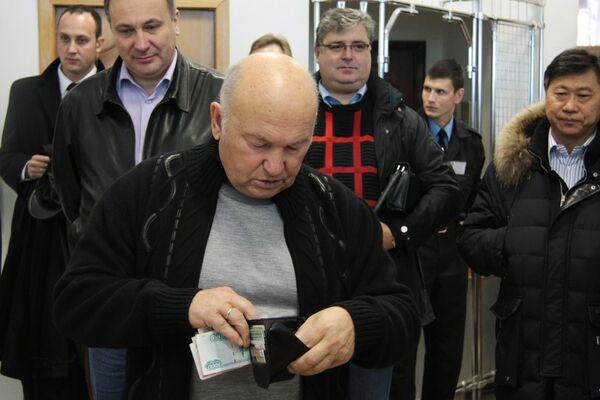 Мэр Москвы Юрий Лужков во время голосования на одном из избирательных участков Москвы