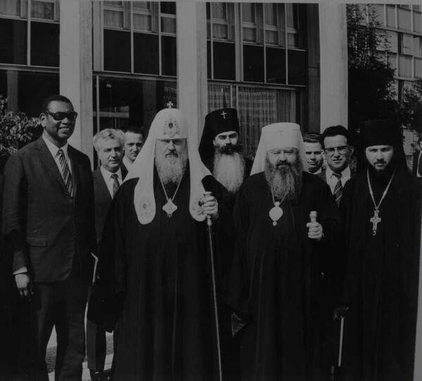 Патриарх Московский и всея Руси Пимен (в центре), далее (слева направо): митрополит Питирим (Нечаев), митрополит Никодим, епископ Кирилл (Гундяев). Конец 70-х годов