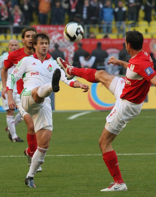 Нападающий Локомотива Дмитрий Сычев (на первом плане, слева) и защитник Спартака Мартин Штранцль (справа)