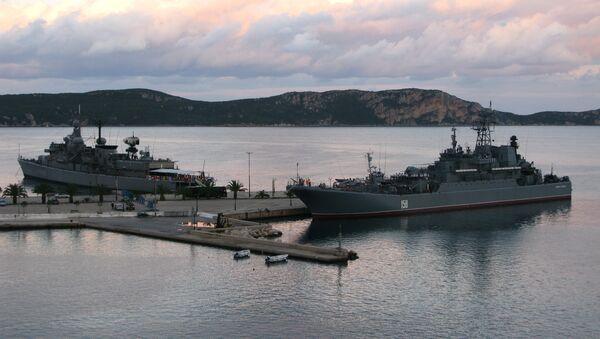 Российский большой десантный корабль Цезарь Куников и греческий фрегат Никифорос Фокас в порту Пилоса. Архивное фото