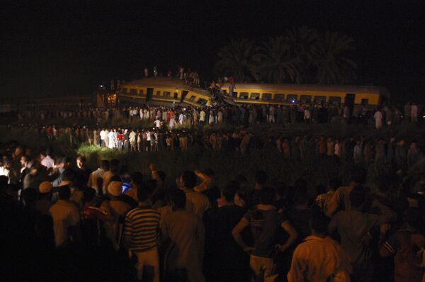 Два египетских пассажирских поезда столкнулись в субботу к югу от Каира