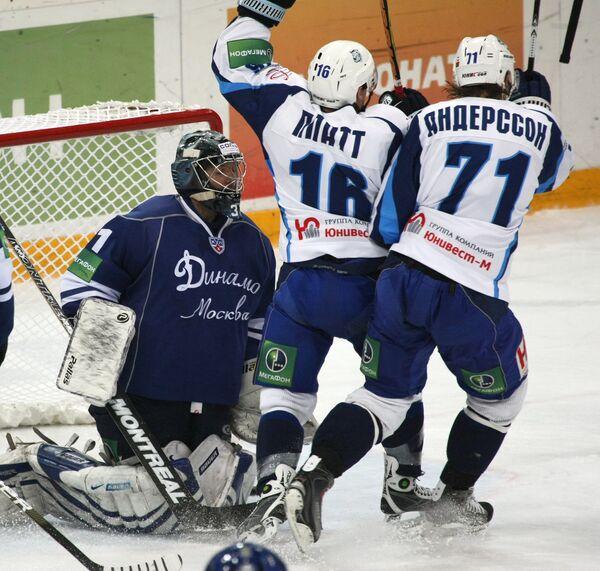 Виталий Еремеев (в воротах) и Джеофф Платт с Йонаслм Андерссоном (слева направо)